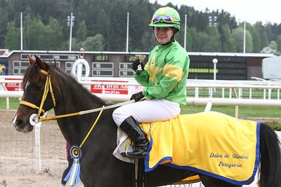 Linda Svensson Krupke på Merveilleux i vinnarcirkeln efter seger i kat c | Täby 130519 Foto: Kent Åkesson