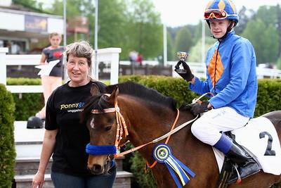 Jeff Åkesson och Too Bright Too i vinnarcirkeln | Täby 130519 Foto: Kent Åkesson