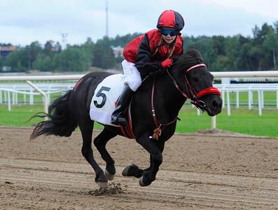 Almnäs Macarena vinner med Julia Blom | Dalva De Oliveira Ponnyserie Kat A | Täby 130817 |  Foto: Stefan Olsson / Svensk Galopp
