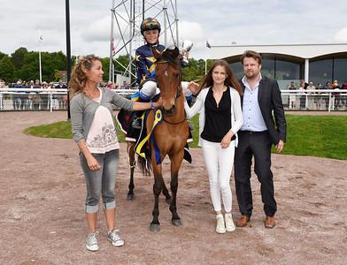 EG Bernouilli och Melissa Juneskans i vinnarcirkeln | Bro Park 160619 | Foto: Stefan Olsson / Svensk Galopp