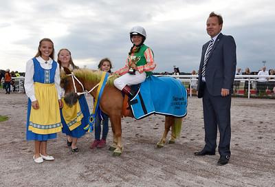 Norrskenets Grim och Nova Malmström i vinnarcirkeln  Bro Park 160911 Foto: Stefan Olsson / Svensk Galopp