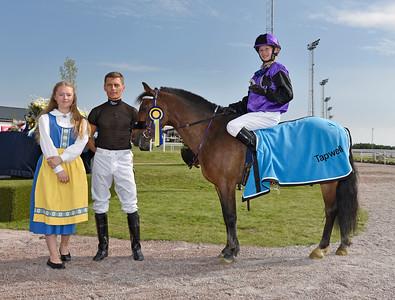 Too Bright Too och Julia Blom i vinnarcirkeln  Bro Park 160911 Foto: Stefan Olsson / Svensk Galopp