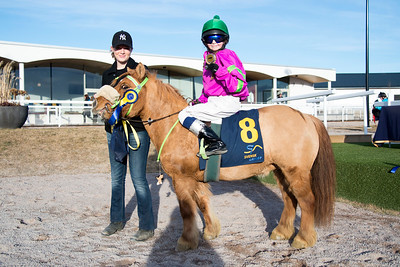 H Cassandra och Stella Kronevi i vinnarcirkeln Ponnygalopp Bro Park 170319 Foto: Elina Björklund / Svensk Galopp