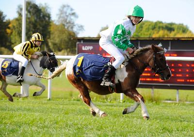 Pråmhusets Moa vinner med Wilma Lindelöf Göteborg 160918 Foto: Stefan Olsson / Svensk Galopp