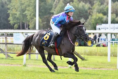 Sjöbrisens Bajonett vinner med Stina Landh  Göteborg 170820 Foto: Stefan Olsson / Svensk Galopp
