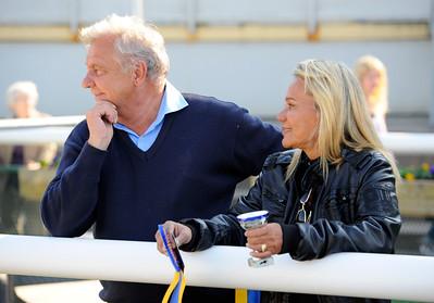Stefan Friborg och hans hustru Dalva De Oliveira blickar ut över Jägersros bana  Jägersro 110424 Foto: Stefan Olsson