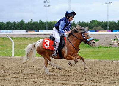 Oscar vinner med Louisa Thier | Jägersro 150624 | Foto: Stefan Olsson / Svensk Galopp