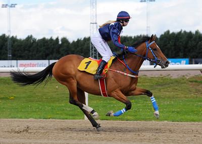 Poker Face vinner med Cornelia Hartsmar Jägersro 160814 Foto: Stefan Olsson / Svensk Galopp