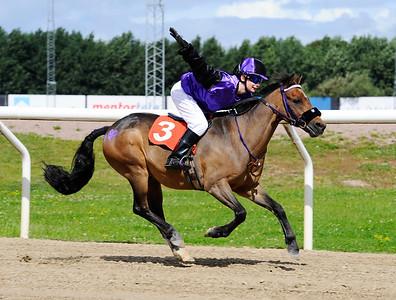 Too Bright Too vinner med Julia Blom Jägersro 160814 Foto: Stefan Olsson / Svensk Galopp