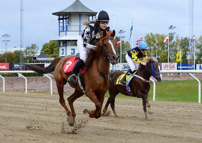 Filippas och Evelina Rönnlund vinner före Corina  Jägersro 161009 Foto: Stefan Olsson / Svensk Galopp