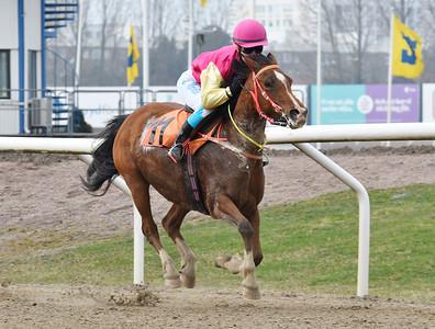 Kahirs Elleonor vinner med Elin Nordin Jägersro 170402 Foto: Stefan Olsson / Svensk Galopp
