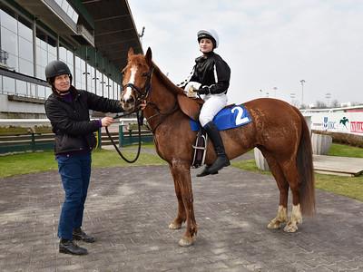 Power Nova och Evelyn Malmberg i vinnarcirkeln Jägersro 170402 Foto: Stefan Olsson / Svensk Galopp