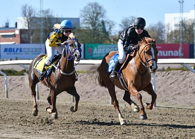 Power Nova och Evelyn Malmberg vinner före Corina med Stina Östlund Jägersro 170430 Foto: Stefan Olsson / Svensk Galopp