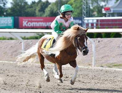 Pråmhusets Moa vinner med Novalie Andersson Jägersro 170628 Foto: Stefan Olsson / Svensk Galopp
