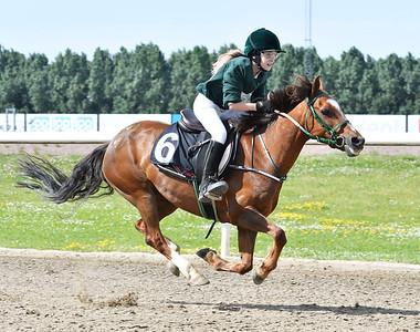 Fredriksdals Vanda vinner med Annie Lundbäck Jägersro 170628 Foto: Stefan Olsson / Svensk Galopp