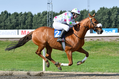Soumaoro vinner med Liloo Rygaard  Jägersro 170809 Foto: Stefan Olsson / Svensk Galopp
