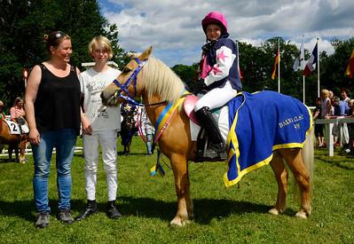 Tora och Audra Von Dalwigk i vinnarcirkeln | Strömsholm 140615 |  Foto: Stefan Olsson / Svensk Galopp