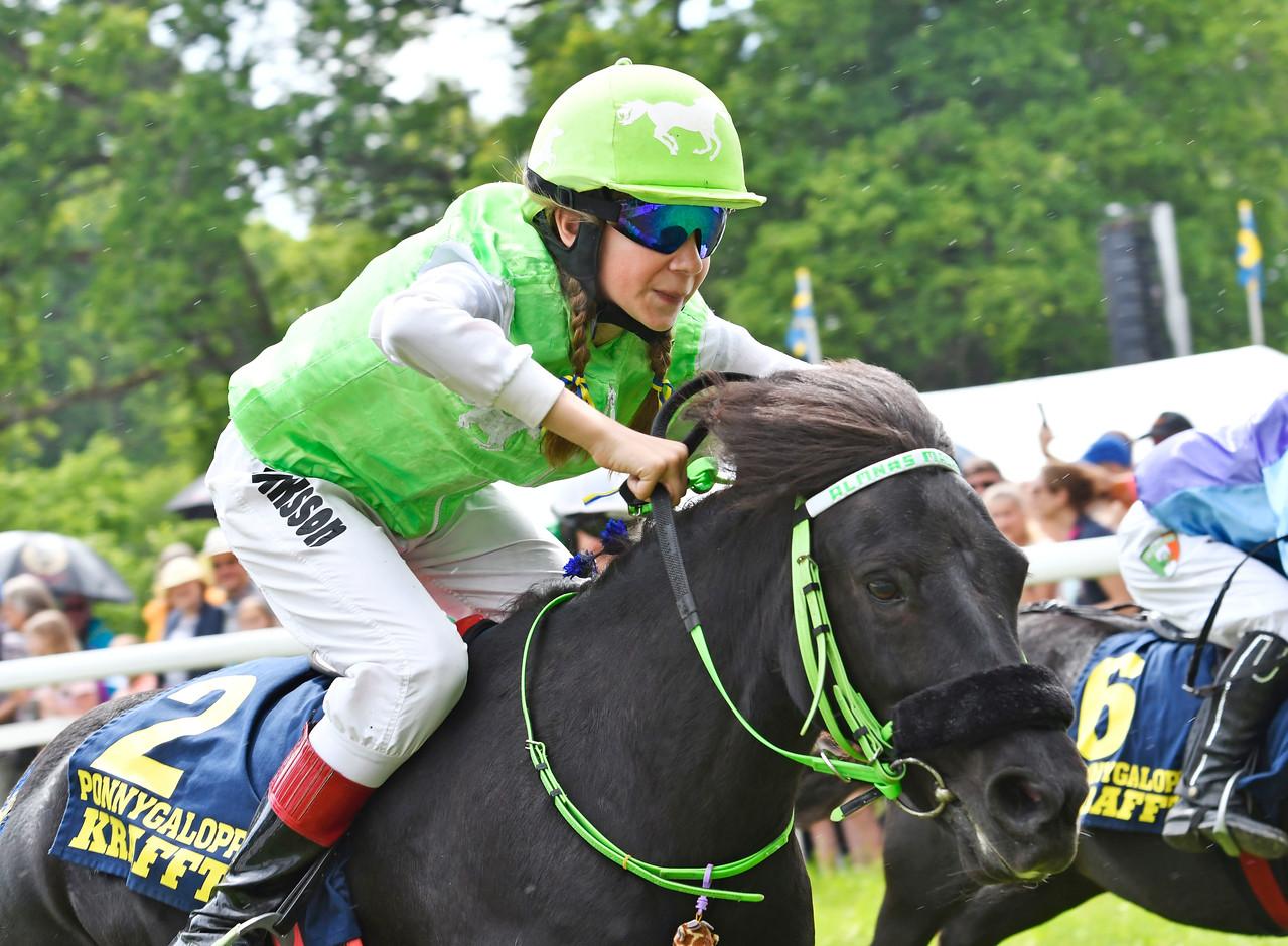 Almnäs Macarena vinner med Alva Eriksson Strömsholm 170617 Foto: Stefan Olsson / Svensk Galopp