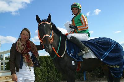 En nöjd Vendela Brismar efter segern med Munsboro Ballybeg, vid tygeln lärlinen Fabienne De Geer.  Täby 110501 Foto: Lars Odin