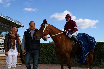 Emma Schillström och Zippo tas emot efter segern av pappa Göran och lärlingen Fabienne De Geer.Täby 110501 Foto: Lars Odin