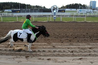 Dark Cactus och Enya Speicher-Granaht vinner lätt sitt livs första seger! Täby 110501 Foto: Lars Odin