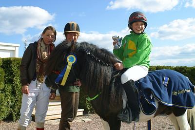 Mamma Sandra och Fabienne De Geer tar emot en glad Enya och Dark Cactus i vinnarcirkeln efter segern! Täby 110501 Foto: Lars Odin