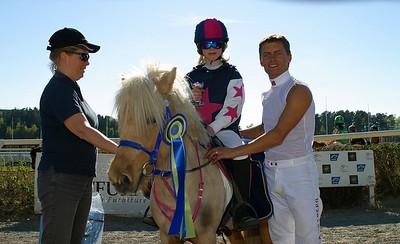 Simon Turai och Tora tar emot pris av jockey Per Anders Gråberg Täby 110508 Foto: Lars Odin