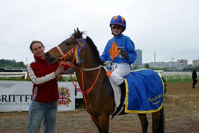 Jockey Tina Långström delar ut pris till Jeff Åkesson på Too Bright Too. Täby 110515 Foto: Lars Odin
