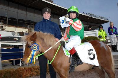 Malin Granelund och Moritz v d Tobbenhof vann kat A och fick pris av f d ponnyjockeyn Therese Karlsson | Täby 130414 | Foto: Lars Odin