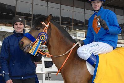 Jeff Åkesson och Too Bright Too får pris av f d ponnyjockeyn Therese Karlsson | Täby 130414 | Foto: Lars Odin