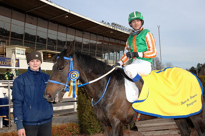 Elliot Öhgren och Munsboro Ballybeg i vinnarcirkeln efter seger i kat D | Täby 130414 | Foto: Lars Odin