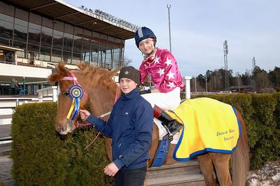 Uppställning i vinnarcirkeln efter seger i kat C för Angelika Berg och Just My Easy Lover | Täby 130414 | Foto: Lars Odin