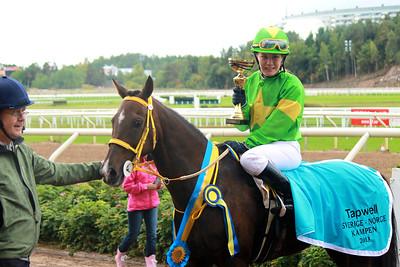 Linda Svensson Krupke och Merveilleux i vinnarcirkeln efter segern i Tapwell Sverige-Norgekampen i kat C | Täby 130831 | Foto: Foto: Jacqueline Vidmark