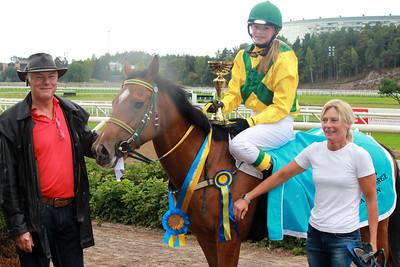 Madeleine jardby och Poker Face i vinnarcirkeln efter segern i Tapwell Sverige-Norgekampen i kat D | Täby 130831 | Foto: Foto: Jacqueline Vidmark