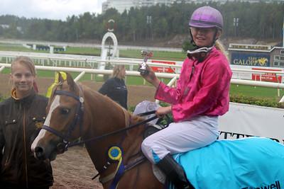 Emma Nordin och Maximus i vinnarcirkeln efter segern i Tapwell Sverige-Norgekampen i kat A | Täby 130831 | Foto: Foto: Jacqueline Vidmark