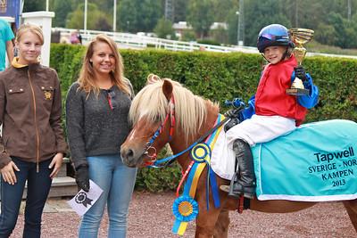 Beatha Af Jäboruder och Josefin Eleftherakis i vinnarcirkeln efter segern i Tapwell Sverige-Norgekampen i kat A | Täby 130831 | Foto: Foto: Jacqueline Vidmark