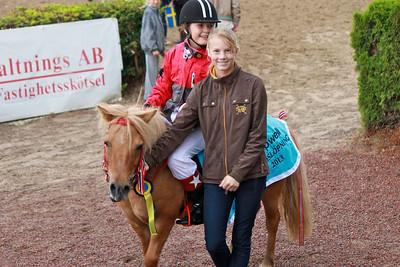 Amalie Ödegård och Finettes Alice i vinnarcirkeln efter segern i Tapwell Sverige-Norgekampen i kat A | Täby 130831 | Foto: Foto: Jacqueline Vidmark