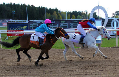 Rathosey Too och Anna-Maria Eleftherakis vinner före Too Bright Too | Dalva Cup Kat B | Täby 140504 | Foto: Klara Röstlund / Svensk Galopp