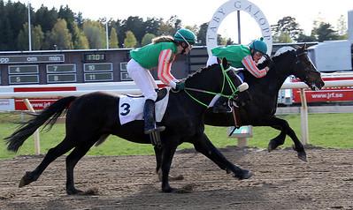 Attyrory Paky och Emelie Gille vinner före Munsboro Cropper | Dalva Cup Kat D | Täby 140504 | Foto: Klara Röstlund / Svensk Galopp