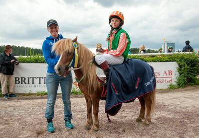 Loppan och Marika Masuhr får pris av Ninni Westerlund | Täby 140813 | Foto: Elina Björklund / Svensk Galopp