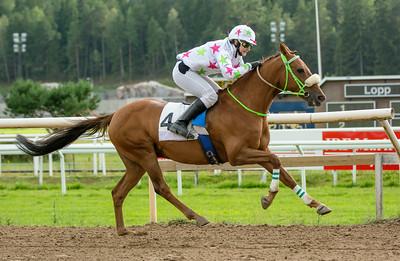 Soumaoro vinner med Liloo Rygaard | Täby 140813 | Foto: Elina Björklund / Svensk Galopp
