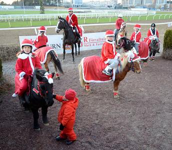 Ponnygaloppens luciatåg | Täby Galopp 111211 | Foto: Stefan Olsson / Svensk Galopp
