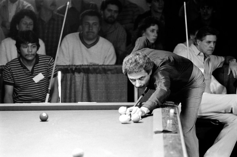 Efren Reyes watches as Danny Diliberto shoots.