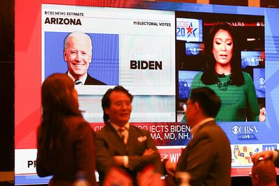 2020 оны арваннэгдүгээр сарын 4.  АНУ-ын ерөнхийлөгчийн 59 дэх удаагийн сонгуулийн үйл явцыг ажиглах арга хэмжээ Шангри Ла зочид буудалд боллоо.  АНУ-ын ерөнхийлөгчийн сонгуулийн эхний тойргуудын санал авах байрууд хаагдаж, түрүүч нь дүнгээ танилцуулж эхэлжээ.  Хамгийн түрүүнд Индиана муж саналын хуудсаа тоолж дуусгаад урьдчилсан дүнгээ зарласан байна. Бүгд Найрамдах намын нэр дэвшигч ялдаг уламжлалтай энэ мужид одоогийн ерөнхийлөгч Дональд Трамп ялж, тус мужийн сонгуулийн төлөөлөгчдийн 11 саналыг авсан тухай CNN агентлаг мэдээллээ.  2020 оны ерөнхийлөгчийн сонгуульд ялахын тулд 50 мужийн 538 сонгуулийн төлөөлөгчийн саналаас хамгийн цөөндөө 270-ыг цуглуулах шаардлагатай.  Ерөнхийлөгч Дональд Трамп 2016 оны сонгуулиар Индиана мужид бас ялж байжээ.  Одоогийн байдлаар Жоржиа, Индиана, Кентаки, Өмнөд Каролина, Вермонт, Виржиниа зэрэг зүүн бүсийн мужуудад санал хураалт өндөрлөж, санал авах байрууд хаагдаад байна. ГЭРЭЛ ЗУРГИЙГ Б.БЯМБА-ОЧИР/MPA