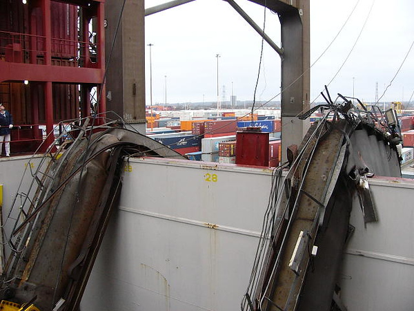 The boom of a container crane collapsed onto a ship during boom down operations Last Friday (18 January) at around 16.35h local tim
