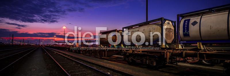 Containers op trein bij ondergaande zon in haven Rotterdam