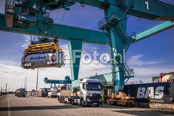 Vloeistof container wordt door RSC kraan op vrachtwagen gehesen