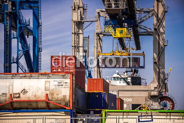 Container wordt aan boord van schip gehesen door RSC kraan Terminal Waalhaven