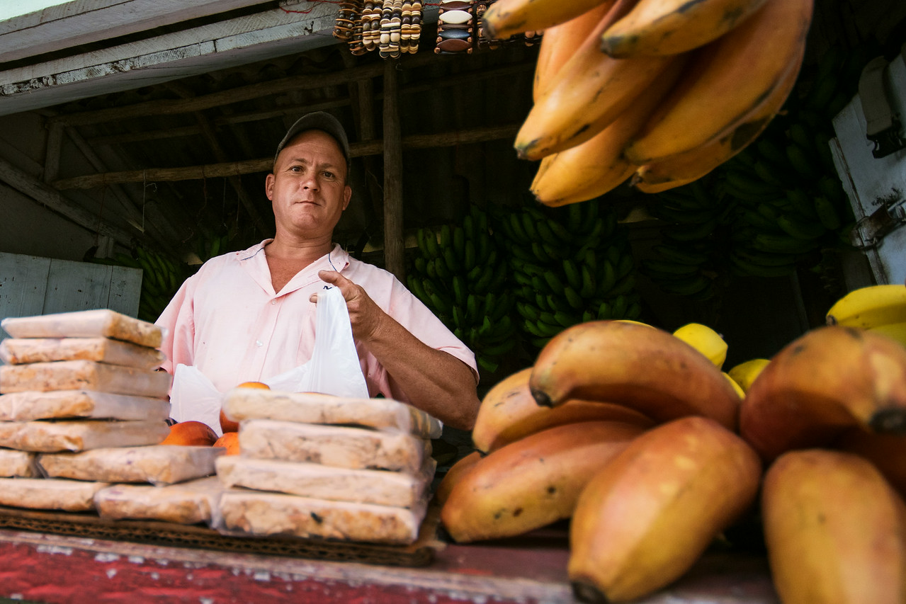 Многие фермеры торгуют фруктами и кофе собственного производства