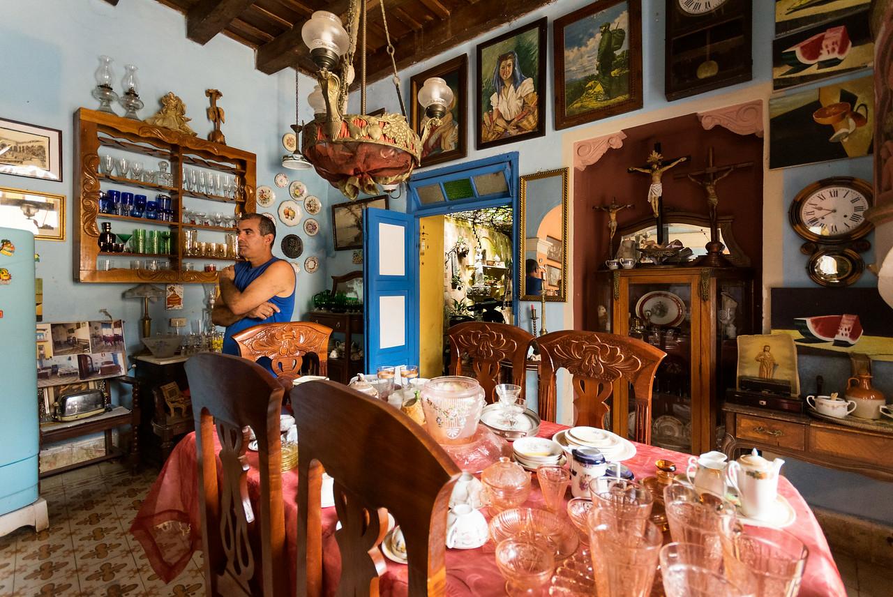 Торговля предметами старины — популярное занятие в туристических городах